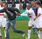 Roberto Carlos Ooozes Coolness, Signs Autograph For Pitch Invader – Video